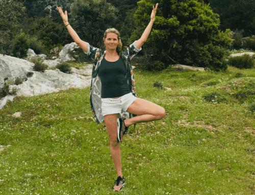 Yoga met Sas buiten bij de Veerplas